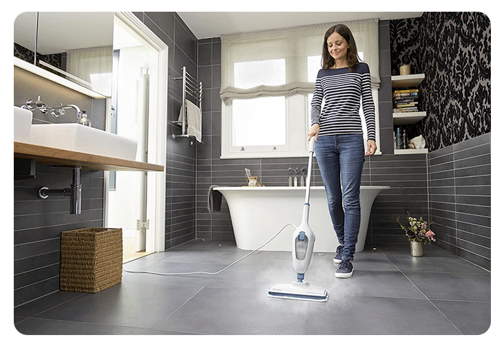 Nettoyage d'une salle de bain avec le balai vapeur Black+Decker FSMH13E5-QS